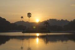Заход солнца на озере Канди, Шри-Ланке Стоковые Изображения RF