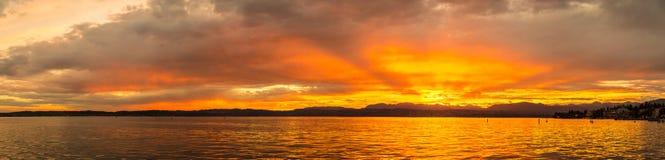 Заход солнца на озере Garda в Италии Стоковые Фотографии RF