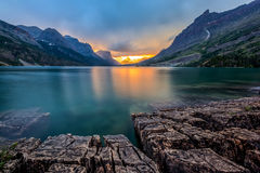 Заход солнца на озере St Mary, национальном парке ледника, MT стоковое фото