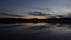 Заход солнца над озером в лете видеоматериал
