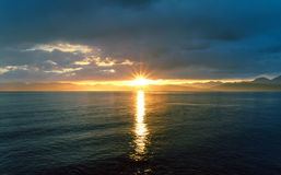 Заход солнца над озером и горами озеро Монголия hovsgol Стоковая Фотография