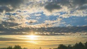 Заход солнца над озером с облаками видеоматериал
