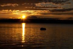 Заход солнца над озером. Стоковые Фото