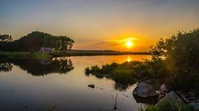 Заход солнца над озером стоковые изображения rf