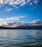 Заход солнца над озером Manapouri в Новой Зеландии Стоковые Фотографии RF