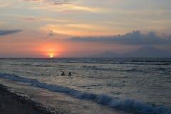 Заход солнца на острове Gili Trawangan, к северо-западу от Lombok Взгляд острова Бали Стоковая Фотография RF