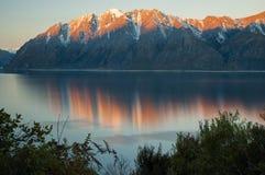Заход солнца над островом Hawea Новой Зеландии озера южным Стоковое Изображение