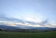 Заход солнца над долиной окруженной горами Стоковое Изображение RF