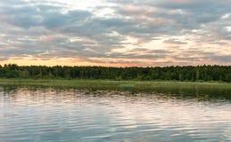 Заход солнца на одичалой части озера Mikolajskie стоковые фото