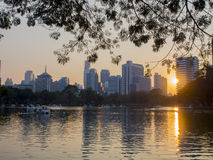 Заход солнца на парке lumpini в централи Бангкока Стоковые Фотографии RF