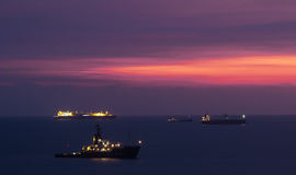 Заход солнца над поставленными на якорь контейнеровозами в Kaohsiung стоковая фотография