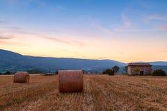 Заход солнца над полем фермы с связками сена около Sault Стоковая Фотография