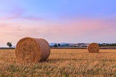 Заход солнца над полем фермы с связками сена около Sault Стоковое Изображение RF