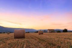 Заход солнца над полем фермы с связками сена около Sault Стоковое Фото