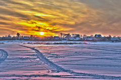 Заход солнца над полем. Стоковое Изображение
