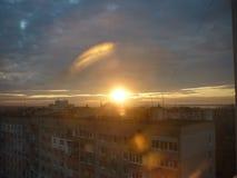 Заход солнца на предпосылке домов Стоковая Фотография RF