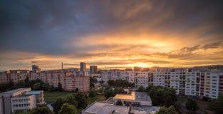 Заход солнца над пригородом Стоковое Изображение