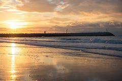 Заход солнца на пристани на пляже Северного моря Cadzand, Голландии Стоковые Фото