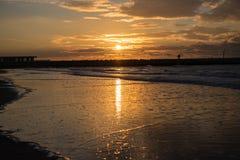 Заход солнца на пристани на пляже Северного моря Cadzand, Голландии Стоковая Фотография RF
