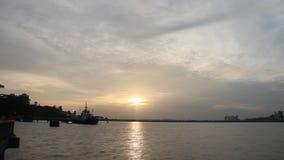 Заход солнца над промежутком времени моря видеоматериал