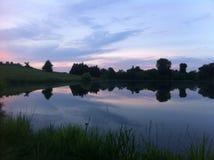 Заход солнца над прудом в центральном Кентукки стоковое фото rf