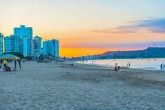 Заход солнца над пляжем в Salinas, эквадором Chipipe Стоковое Изображение