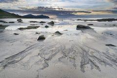 Заход солнца над пляжем на архипелаге Lofoten стоковые изображения