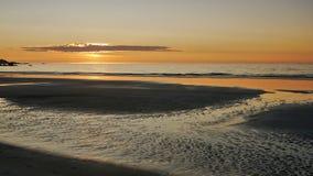 Заход солнца над пляжем, светлое отражение в влажном песке Стоковое Изображение