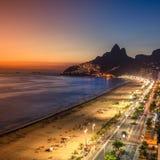Заход солнца над пляжем Ipanema в Рио-де-Жанейро, Бразилии стоковое фото rf
