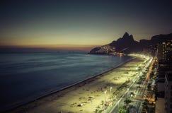 Заход солнца над пляжем Ipanema в Рио-де-Жанейро Стоковое фото RF