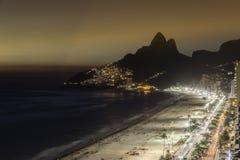 Заход солнца над пляжем Ipanema в Рио-де-Жанейро Стоковое Фото