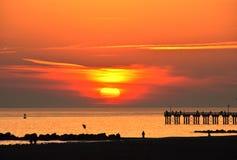 Заход солнца на пляже Брайтона, Нью-Йорке стоковая фотография