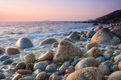 Заход солнца на пляже валуна Стоковое Фото