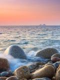 Заход солнца на пляже валуна Стоковое Изображение