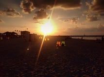 Заход солнца на пляже в Тель-Авив Израиле Стоковые Изображения RF