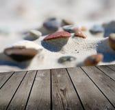Заход солнца на пляже и пустой деревянной таблице палубы. стоковая фотография rf