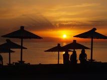 Заход солнца на пляже морем Стоковая Фотография