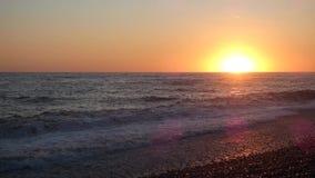 Заход солнца на пляже моря в бурном дне видеоматериал