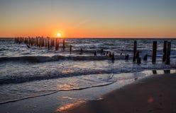 Заход солнца на пляже около Неаполь Флориды Стоковые Изображения RF