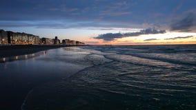 Заход солнца на пляже Северного моря акции видеоматериалы