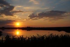Заход солнца на пляже с красивым небом Стоковое Изображение