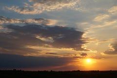 Заход солнца на пляже с красивым небом Стоковые Изображения