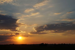 Заход солнца на пляже с красивым небом Стоковые Изображения RF