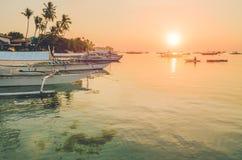 Заход солнца на пляже с силуэтом шлюпки banca на острове Panglao, Bohol, Филиппинах Стоковые Изображения