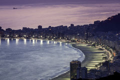 Заход солнца на пляже Copacabana в Рио-де-Жанейро Стоковая Фотография RF