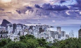 Заход солнца на пляже Ipanema в Рио-де-Жанейро Стоковое Фото