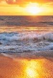 Заход солнца на пляже Mai Khao в Пхукете Стоковые Фото