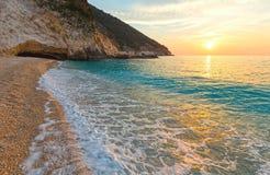Заход солнца на пляже Myrtos (Греции, Kefalonia, Ionian море) Стоковые Фотографии RF