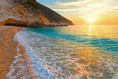 Заход солнца на пляже Myrtos (Греции, Kefalonia, Ionian море) Стоковые Изображения RF
