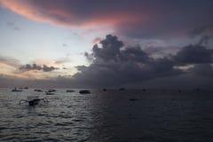 Заход солнца на пляже Nusa Lembongan, Бали, Индонезии Стоковая Фотография